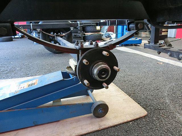 トレーラー タイヤ交換