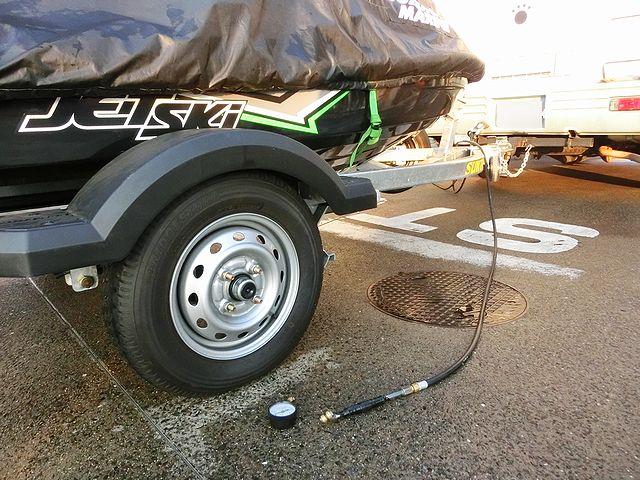 トレーラー タイヤ 空気圧
